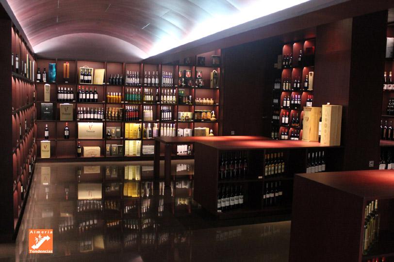 Interior de Vinarium, tienda de vinos en el centro de Almería