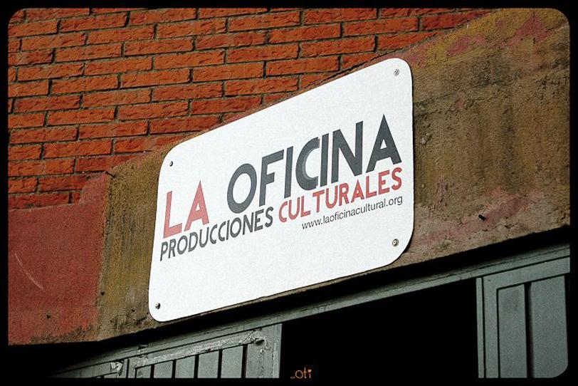Cartel puerta La Oficina Almería