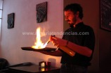 Un camarero remata un lomo al estilo tailandés en Lila's Café
