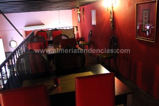 Mesas en un altillo en bar La Mala