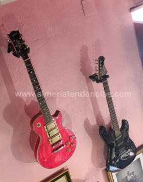 guitarras en bar La Mala