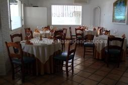 Mesas en la zona de pintxos en La Soleá Almerimar