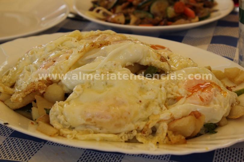 Huevos fritos con patatas y pimientos en La María de Abrucena