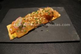 Pizza de sashimi de salmón marinado, algas wakame y vinagreta de wasabi y aove - iván abril - bacus
