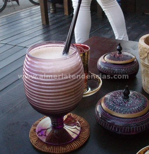 batido de dátiles, almendras y miel en Tetería Samsara