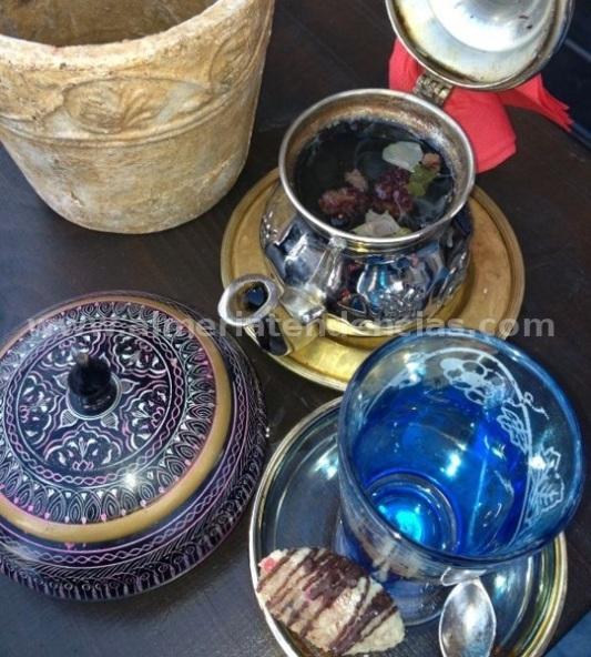 té acompañado de pasta y azucar moreno Samsara