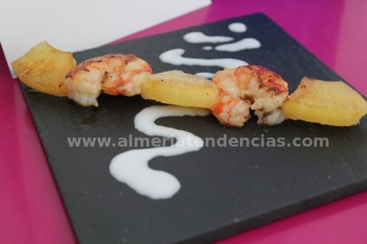 Pincho de gambas y piña con crema de coco en Azul Cereza