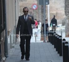 Bernardo Acuyo metido en e papel del inspector Lupen mucho antes de llegar al escenario