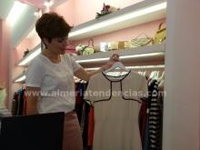 Fayna mostrando una prenda de Kyka