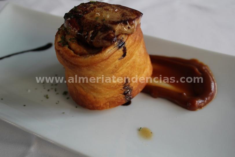 hojaldre de beicon con toffe de cacahuete y corona de foie en La Cala